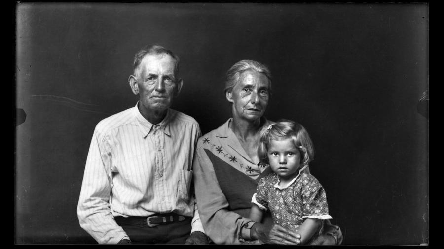 Mike Disfarmer: Family Group, Heber Springs